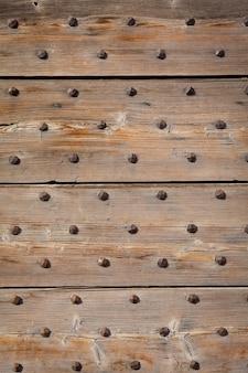 木で作られた200年前のイタリアのドアの詳細。バックグラウンドでの使用。