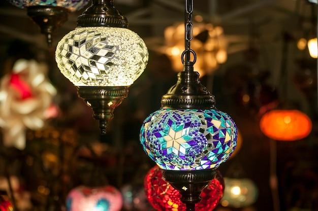 Деталь красивой старинной люстры, инкрустированной множеством цветных стекол.