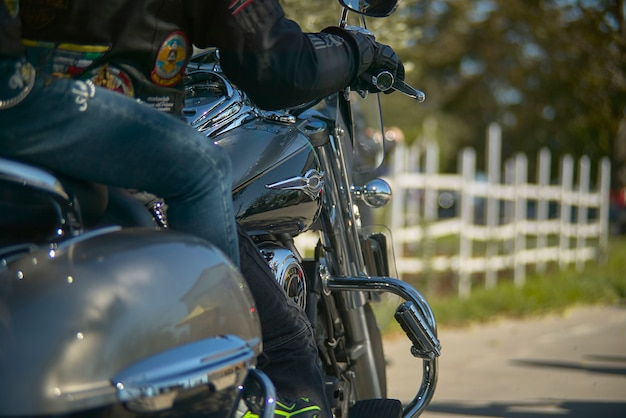 長い旅をするために2人のモーターサイクリストによって運転されている間のカスタムバイクの詳細...