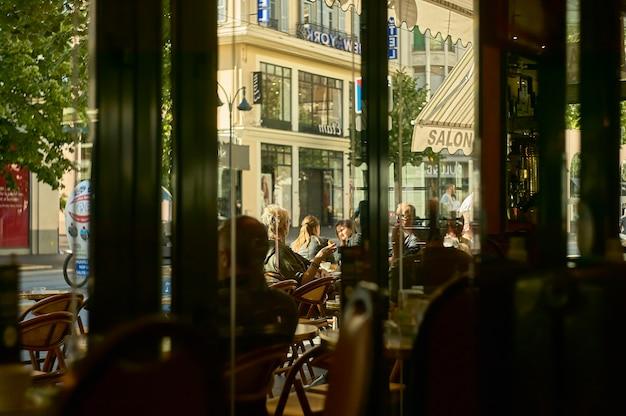 Деталь повседневной жизни утром в ницце, завтрак в баре на центральной улице.