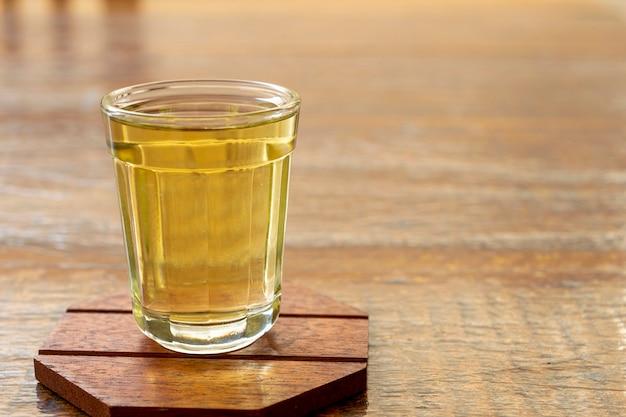 전형적인 브라질 음료 cachaã§a 유리의 세부 사항.