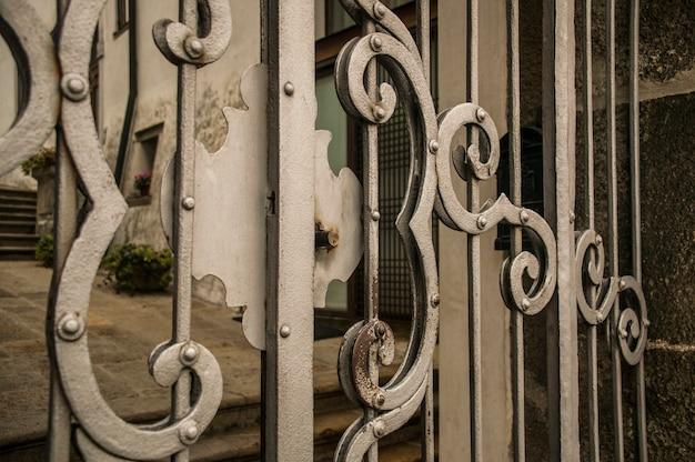 손으로 작업 하는 오래 된 단 철 문의 자물쇠의 세부 사항.