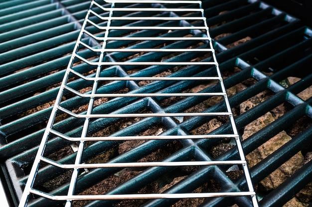 屋外グリルを作るための、組み立て中の金属製バーベキューの詳細。