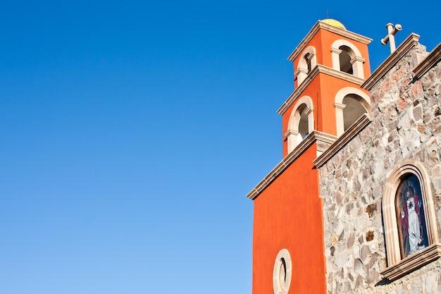 Деталь мексиканской церкви, яркие цвета