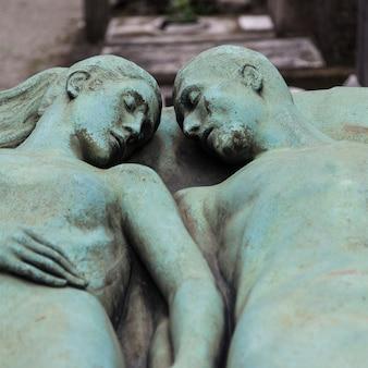 100년 이상 된 부부에게 헌정된 무덤의 세부 사항