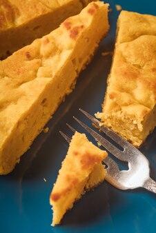 Деталь тыквенного пирога, порционированного вилкой