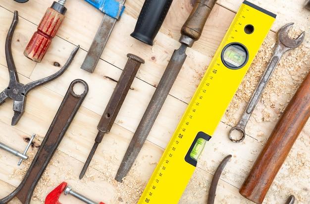天然松の木の板に配置された建具ツールのセットの詳細。仕事とdiyのコンセプト。