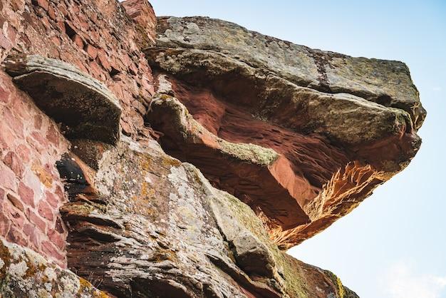 自然の堆積岩で作られた壁の詳細