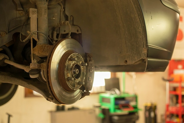 交換とメンテナンスの準備ができている摩耗したディスクブレーキの詳細