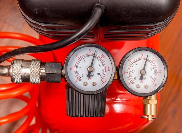 공기압을 측정하는 압력계가 있는 공기 압축기의 세부 사항