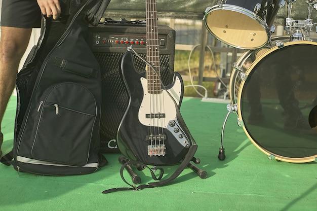 Деталь акустического баса в натюрмортах, стреляющих на концерте рок-группы.