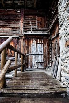 Деталь альпийского дома в италии, недалеко от конье, парк гран-парадизо