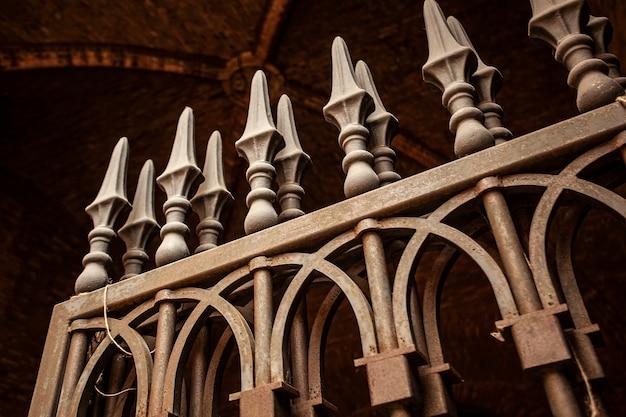이탈리아의 역사적인 건물의 고대 철문의 세부 사항