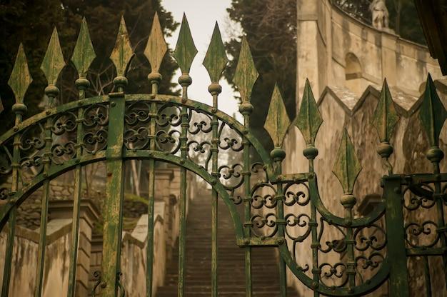 과거 시대의 상징이자 초기 시대의 완벽한 장인 정신인 오래된 연철 문의 세부 사항.