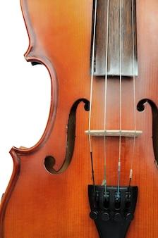 Деталь скрипки, показывающая мост и звуковое отверстие в форме буквы f