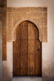 알람브라 유네스코 사이트 - 스페인, 800년 된 장식의 고대 문 세부 사항