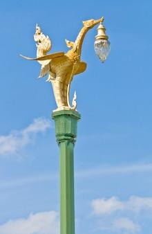 Деталь красивого фонарного столба на голубом небе