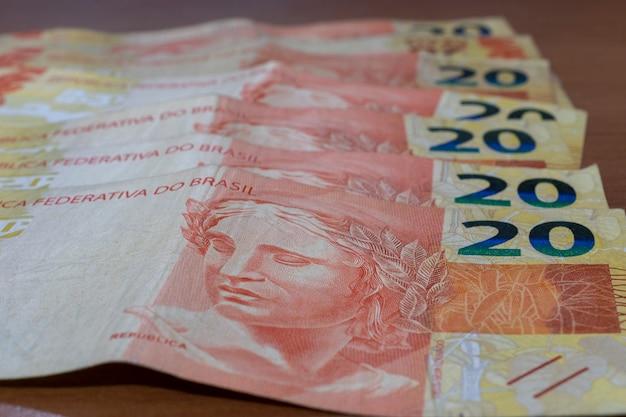 いくつかの焦点の定まらない紙幣を含む、ブラジルのマネー紙幣の詳細。