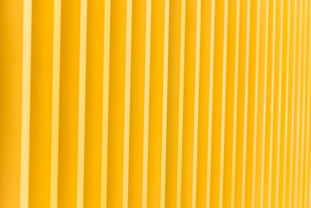 明るい黄色の金属製の建物のファサードの詳細