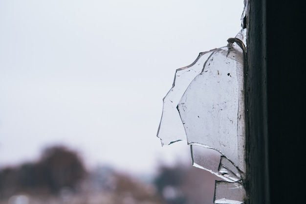 버려진 된 건물의 창 깨진 유리의 세부 사항