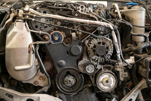 Деталь двигателя автомобиля разобран для обслуживания