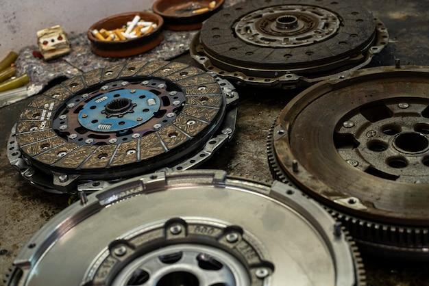 Деталь автомобильного маховика и сцепления в мастерской, запчасти для автомобилей старые и новые