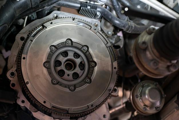 Деталь сборки маховика автомобиля в мастерской, двигатель ремонта автомобиля