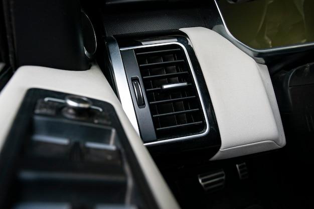 매크로 샷에서 자동차 환기 노즐의 세부 사항