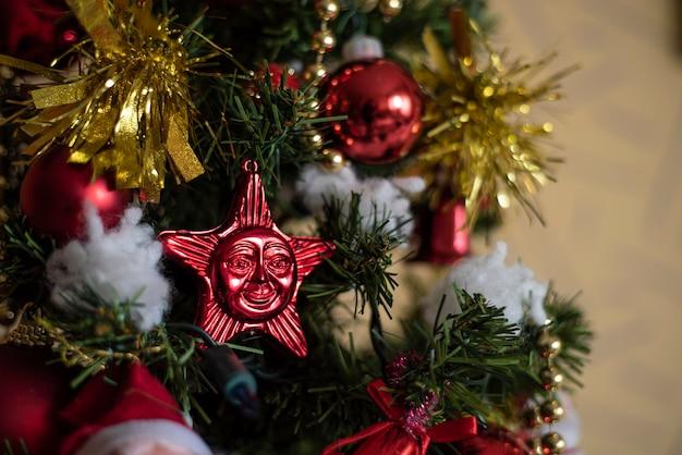 크리스마스 트리에 크리스마스 장식의 세부 사항