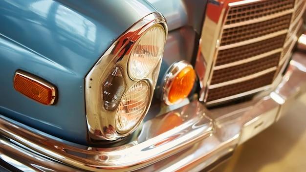 클래식 자동차의 세부 사항. 빈티지 자동차 박물관의 헤드 라이트의 근접 촬영.