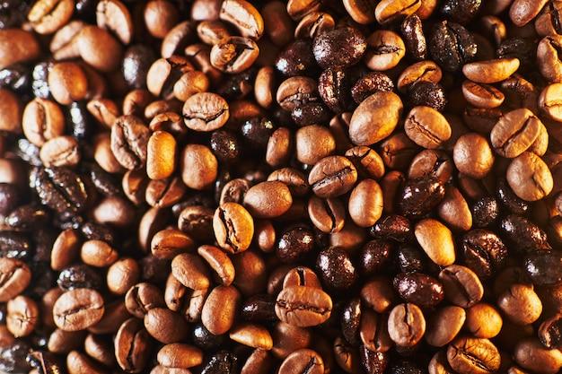 Деталь кофейных зерен, освещенная огнем