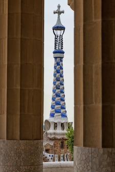 グエル公園のカラフルなモザイク作品の詳細。スペインのバルセロナ