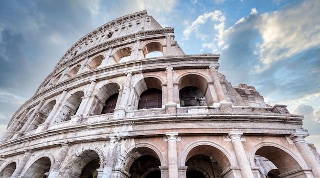 이탈리아 로마(roma)에 있는 콜로세움의 세부 사항. 콜로세움이라고도 불리는 이곳은 이탈리아에서 가장 유명한 관광지입니다. 백그라운드에서 화려한 푸른 하늘입니다. 프리미엄 사진