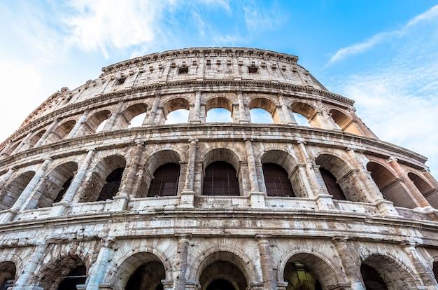 이탈리아 로마(roma)에 있는 콜로세움의 세부 사항. 콜로세움이라고도 불리는 이곳은 이탈리아에서 가장 유명한 관광지입니다. 백그라운드에서 화려한 푸른 하늘입니다.