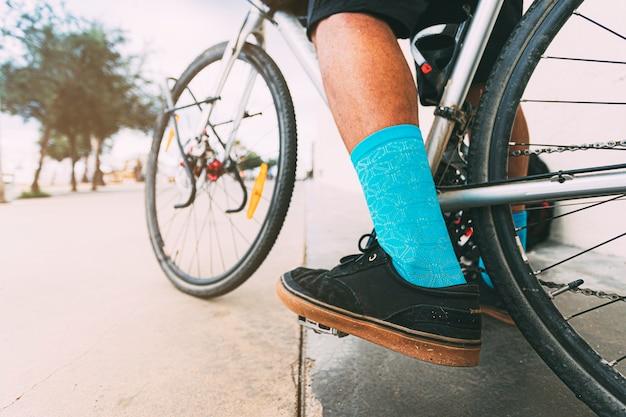 Деталь велосипедиста, едущего на велосипеде в городской среде копирование пространства досуг