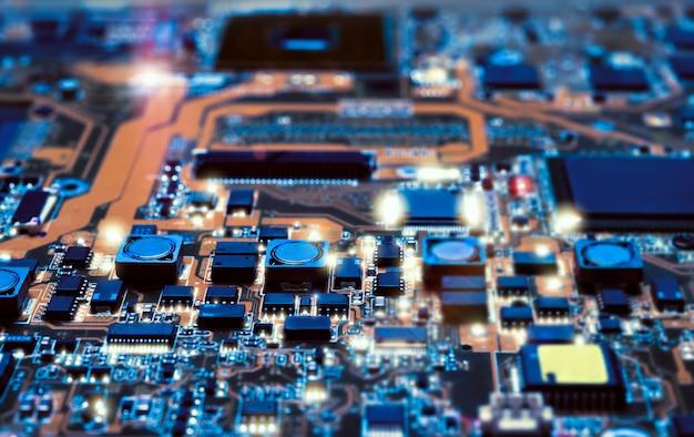 하드웨어 수리점에서 전자 보드의 세부 사항