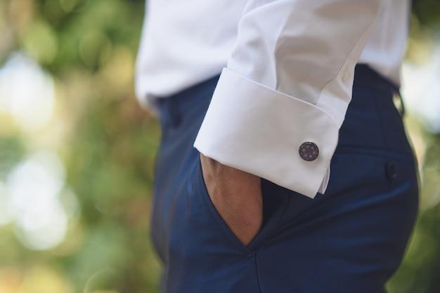 ズボンのポケットに手でエレガントな男のスーツの詳細