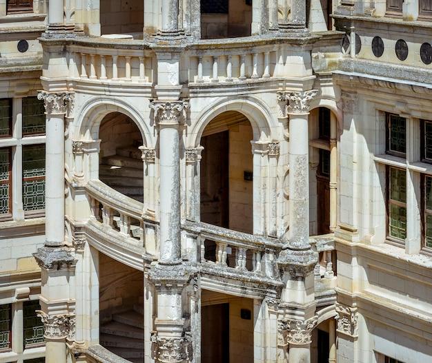 Деталь внешней лестницы древнего замка