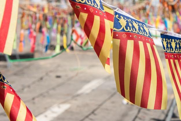 Деталь флагов валенсийского сообщества рядом с петардами.