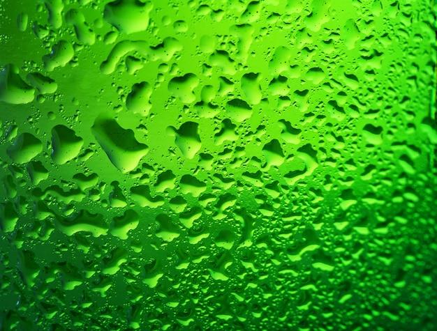 Деталь зеленая бутылка пива с каплями