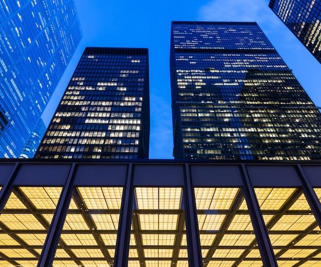 Деталь освещенных современных небоскребов в финансовом районе торонто (доминион-центр).