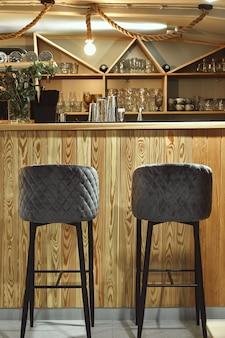 Деталь интерьера разработанного ресторана. барный стол в дорогом ресторане