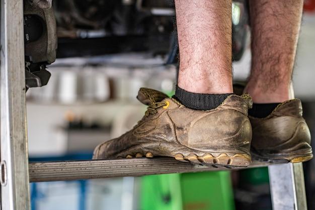 배경 흐리게 사다리 작업자 안전 신발의 세부 사항