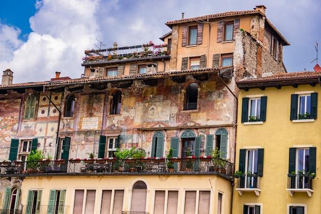 イタリア、ヴェローナのマザンティハウスの詳細。この建物は、16世紀にマザンティ家によって所有されフレスコ画が描かれました。