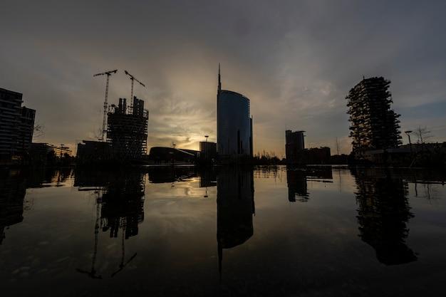 Деталь силуэта небоскребов города милана на закате
