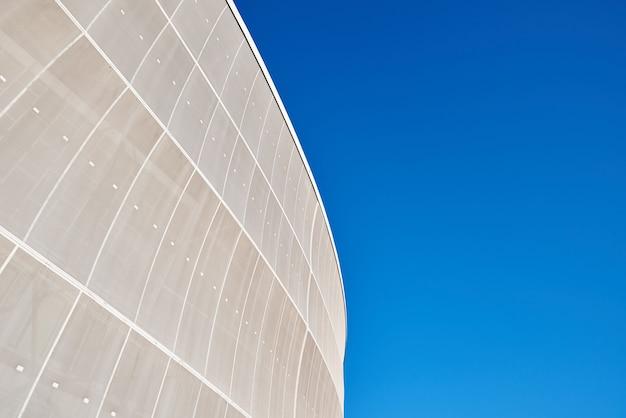 푸른 하늘에 대 한 현대 건축 건물의 세부 사항