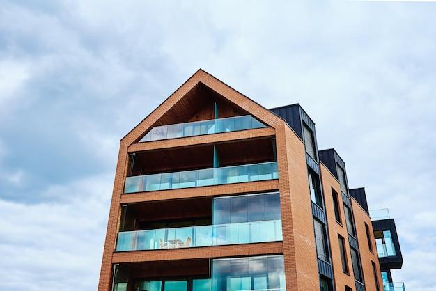 하늘에 대 한 현대 주거 건물의 세부 사항