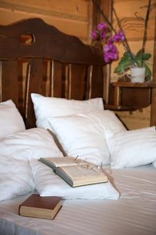 산 목조 별장 침실의 세부 사항 프리미엄 사진