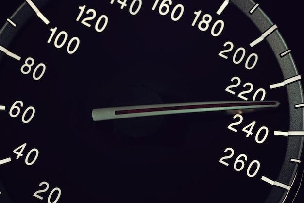 Деталь стрелки одометра или спидометра автомобиля с высокой скоростью