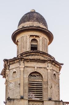 니카라과 수도 마나과 대성당의 세부 사항은 혁명 광장에 위치한 역사 건물입니다